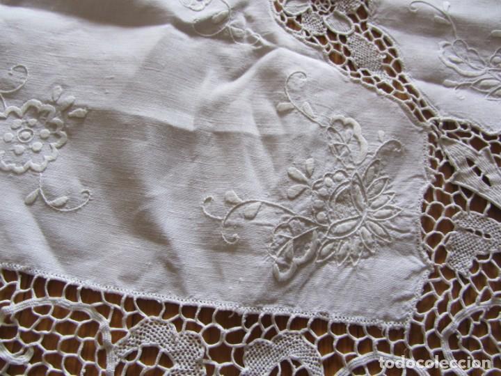 Antigüedades: Magnifico mantel grande de hilo bordado con muchos adornos de frivolité + 12 servilletas a juego - Foto 6 - 253830295