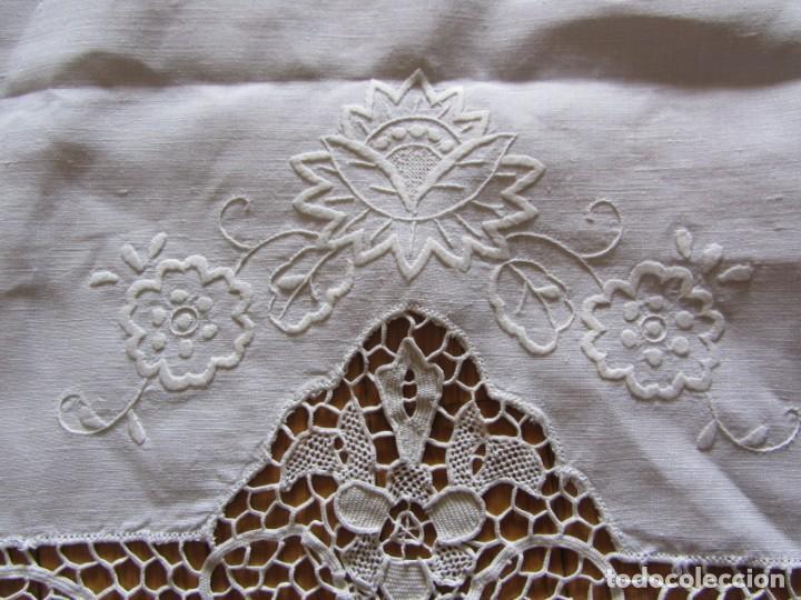 Antigüedades: Magnifico mantel grande de hilo bordado con muchos adornos de frivolité + 12 servilletas a juego - Foto 7 - 253830295