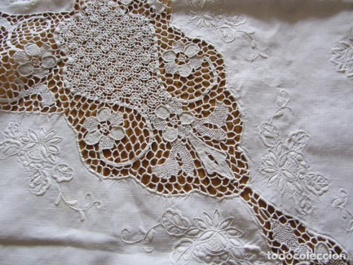 Antigüedades: Magnifico mantel grande de hilo bordado con muchos adornos de frivolité + 12 servilletas a juego - Foto 8 - 253830295