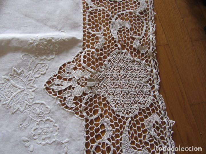 Antigüedades: Magnifico mantel grande de hilo bordado con muchos adornos de frivolité + 12 servilletas a juego - Foto 10 - 253830295