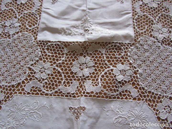Antigüedades: Magnifico mantel grande de hilo bordado con muchos adornos de frivolité + 12 servilletas a juego - Foto 11 - 253830295