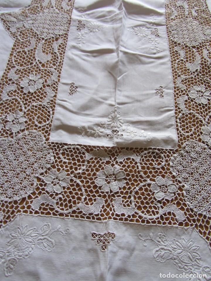 Antigüedades: Magnifico mantel grande de hilo bordado con muchos adornos de frivolité + 12 servilletas a juego - Foto 13 - 253830295