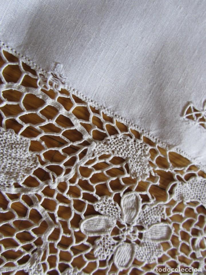 Antigüedades: Magnifico mantel grande de hilo bordado con muchos adornos de frivolité + 12 servilletas a juego - Foto 14 - 253830295