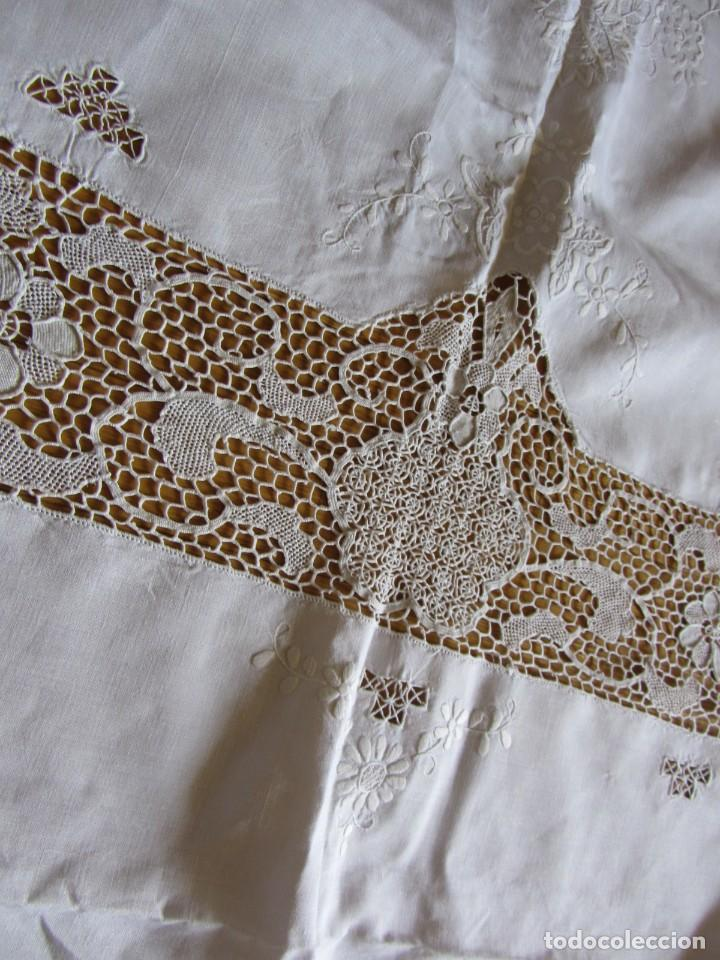 Antigüedades: Magnifico mantel grande de hilo bordado con muchos adornos de frivolité + 12 servilletas a juego - Foto 16 - 253830295