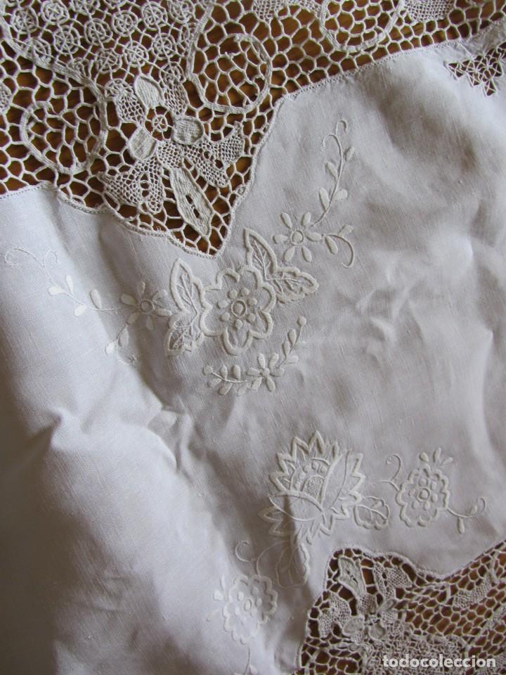 Antigüedades: Magnifico mantel grande de hilo bordado con muchos adornos de frivolité + 12 servilletas a juego - Foto 17 - 253830295