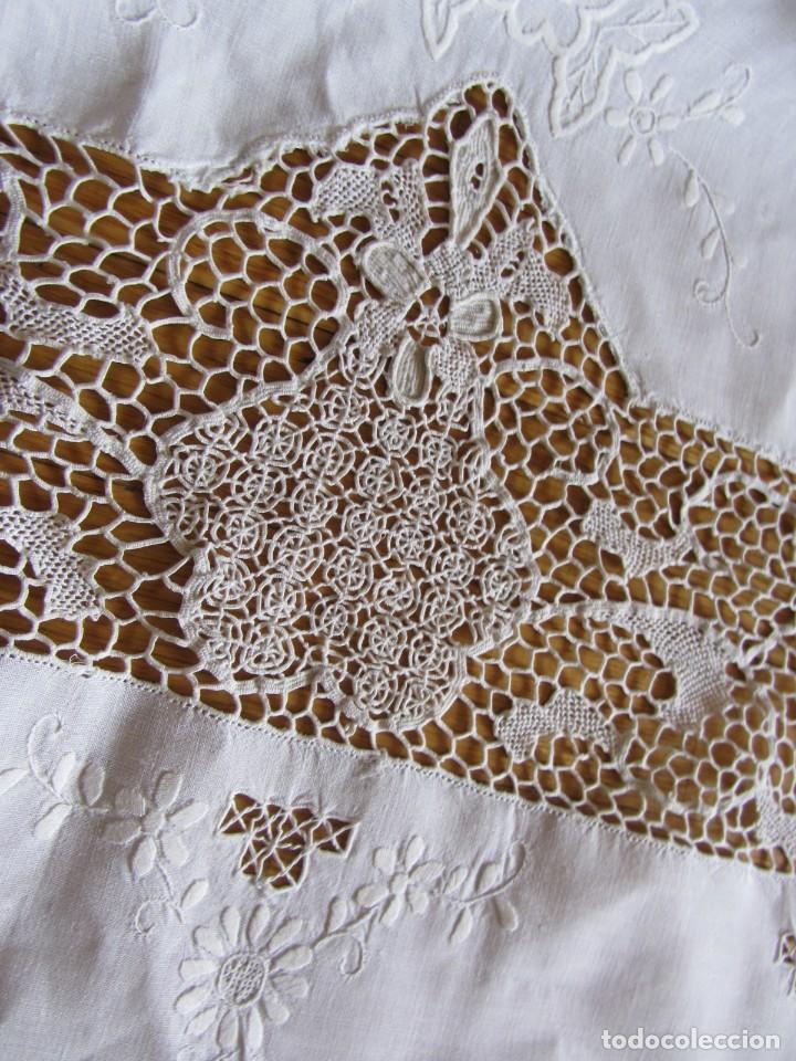 Antigüedades: Magnifico mantel grande de hilo bordado con muchos adornos de frivolité + 12 servilletas a juego - Foto 19 - 253830295