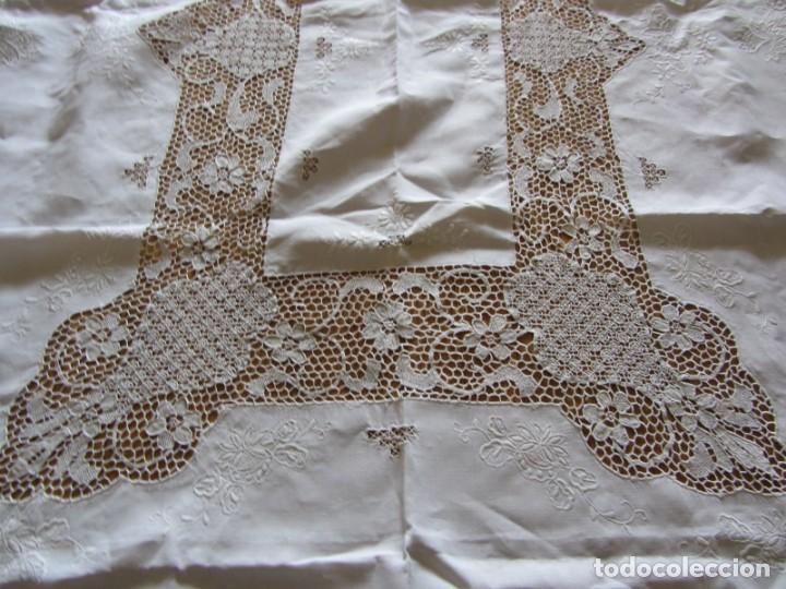 Antigüedades: Magnifico mantel grande de hilo bordado con muchos adornos de frivolité + 12 servilletas a juego - Foto 20 - 253830295