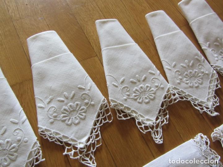 Antigüedades: Magnifico mantel grande de hilo bordado con muchos adornos de frivolité + 12 servilletas a juego - Foto 23 - 253830295