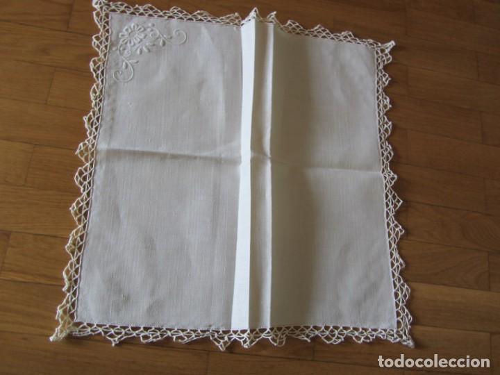 Antigüedades: Magnifico mantel grande de hilo bordado con muchos adornos de frivolité + 12 servilletas a juego - Foto 29 - 253830295