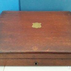 Antigüedades: CAJA INGLESA DE CUBIERTOS, MADERA CON ESCUDO DE LATON, 30X26X6CM APROX, SIN LLAVE. Lote 253832825