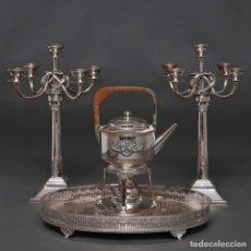 Antigüedades: CONJUNTO DE CANDELABROS DE CINCO LUCES, BANDEJA CON BARANDILLA CALADA Y SAMOVAR EN METAL PLATEADO.. Lote 253863300