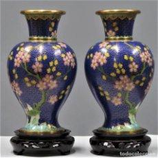 Antigüedades: PAREJA DE JARRONES DE CLOISONNE. CHINA. SIGLO XX. Lote 253914715