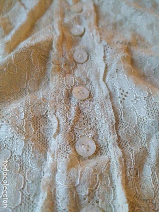 Antigüedades: Antigua pechera de encaje con botonadura. Cintas para atar. Finales XIX o principios del XX - Foto 4 - 253919770