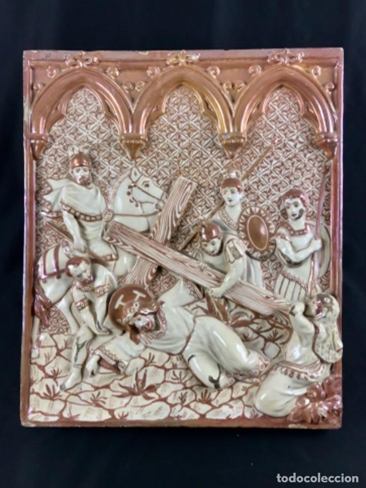 MAGNIFICA ( 51 X 43CM ) PLACA RELIEVE. CERÁMICA REFLEJO METÁLICO MANISES CRUCIFIXIÓN FIN XIX P. XX (Antigüedades - Porcelanas y Cerámicas - Manises)