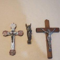 Antigüedades: PAREJA DE CRUCIFIJOS Y FIGURA ANGEL DE BRONCE. Lote 253961190