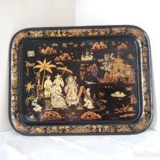 Antigüedades: BANDEJA GRANDE Y ANTIGUA DE ESTILO ISABELINO CON ESCENA CHINESCA. Lote 253970645