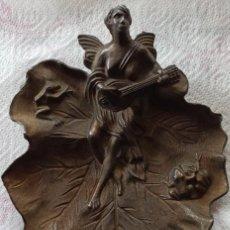 Antigüedades: BANDEJA ESTILO MODERNISTA LABRADA DE LATÓN, HOJA, RANAS TROVADOR. Lote 253993800