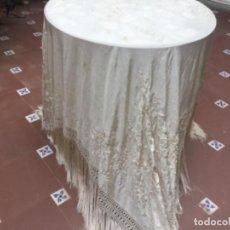 Antigüedades: MANTÓN DE MANILA ISABELINO ,SEDA NATURAL BORDADO A MANO 157 X 175 + 35 FLECO. Lote 254127000