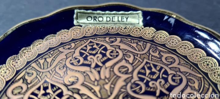 Antigüedades: Precioso plato decorativo pequeño de porcelana color azul, con dibujos en oro de ley según etiqueta. - Foto 2 - 254149115