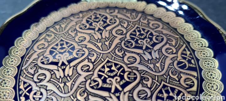 Antigüedades: Precioso plato decorativo pequeño de porcelana color azul, con dibujos en oro de ley según etiqueta. - Foto 3 - 254149115