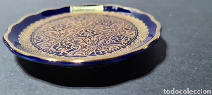 Antigüedades: Precioso plato decorativo pequeño de porcelana color azul, con dibujos en oro de ley según etiqueta. - Foto 4 - 254149115