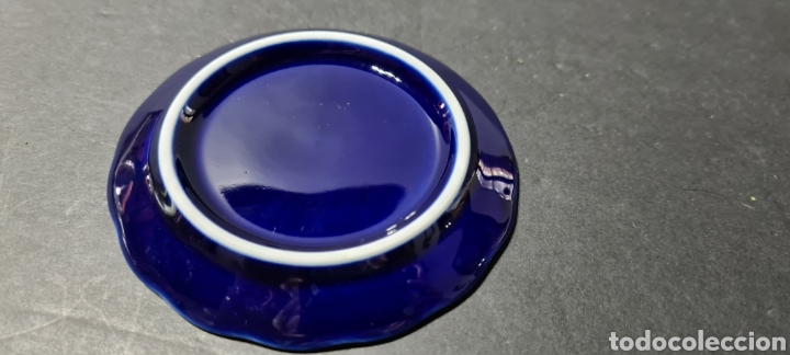 Antigüedades: Precioso plato decorativo pequeño de porcelana color azul, con dibujos en oro de ley según etiqueta. - Foto 5 - 254149115