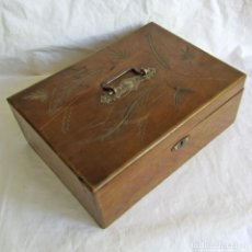 Antigüedades: ANTIGUA CAJA DE MADERA DECORADA CON ESPEJO. Lote 254211785