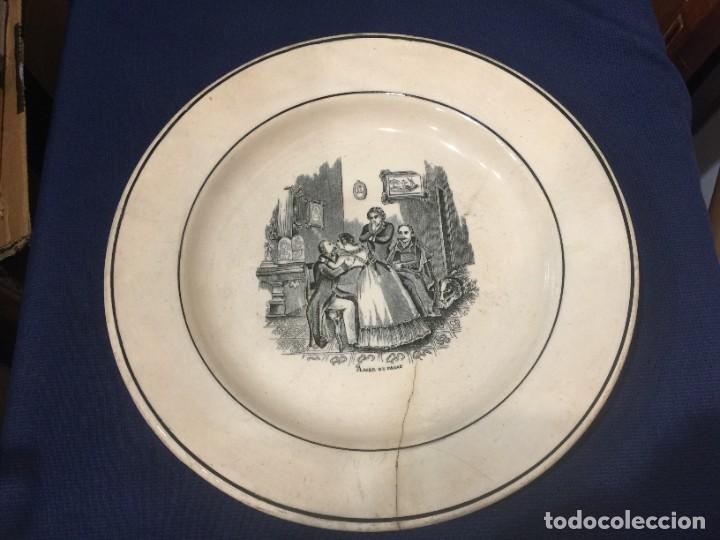 FUENTE CON ESCENA COSTUMBISTA: AMOR DE PADRE. VALARINO. CARTAGENA. DIÁMETRO: 27,5 CTMS.SIGLO XIX. (Antigüedades - Porcelanas y Cerámicas - Cartagena)