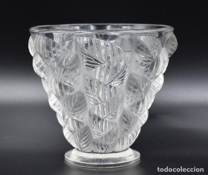 LALIQUE – VASE «MOISSAC» FEUILLES EN RELIEF – CRISTAL – FRANCE, VERS 1960. (Antigüedades - Cristal y Vidrio - Lalique )