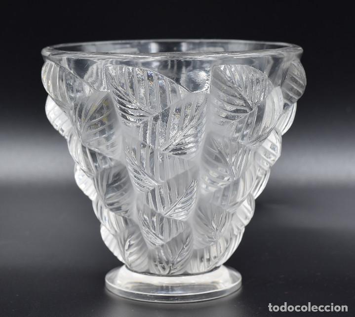 Antigüedades: Lalique – Vase «Moissac» feuilles en relief – Cristal – France, vers 1960. - Foto 2 - 254289050