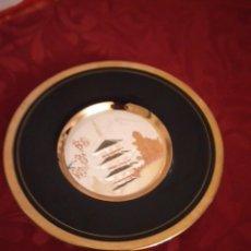 Antigüedades: BONITO PLATO EN PORCELANA JAPONESA EN TÉCNICA DE GRABADO CHOKIN,1983. Lote 254308510