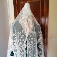 Antigüedades: FINISIMA MANTILLA DE TUL BORDADA A MANO, ESTILO GOYESCA. Lote 254404445