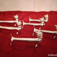 Antigüedades: LOTE DE 6 APOYA CUBIERTOS FORMA DE GATO DE ACERO INOX. Lote 254435105