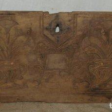 Antigüedades: PUERTA TALLADA DE BARGUEÑO DE NOGAL. S XIX. Lote 254440325