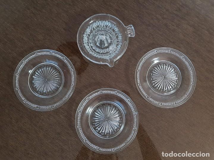 EXPRIMIDOR DE CRISTAL PRENSADO Y 4 PLATOS (Antigüedades - Cristal y Vidrio - Santa Lucía de Cartagena)