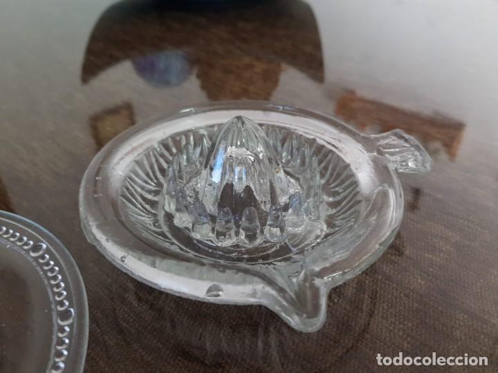 Antigüedades: EXPRIMIDOR DE CRISTAL PRENSADO Y 4 PLATOS - Foto 2 - 254445045