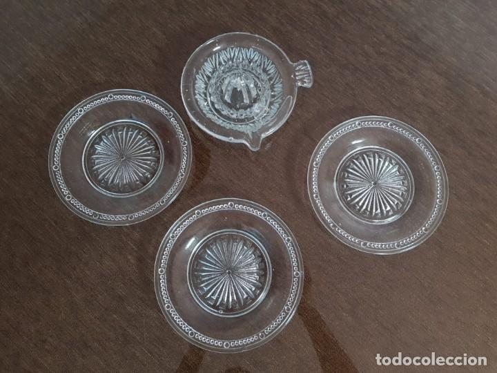 Antigüedades: EXPRIMIDOR DE CRISTAL PRENSADO Y 4 PLATOS - Foto 3 - 254445045