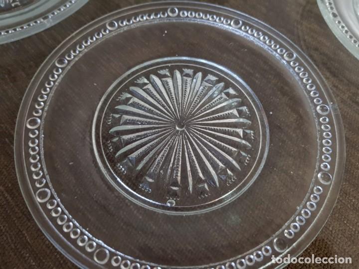 Antigüedades: EXPRIMIDOR DE CRISTAL PRENSADO Y 4 PLATOS - Foto 4 - 254445045