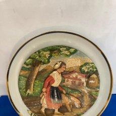 Antigüedades: PLATO DE PORCELANA BIDASOA, EUSKALERRIA, CON PRECIOSA DIBUJO A RELIEVE OBRA DE J. ARRÚE, 26,50 CM. Lote 254493780