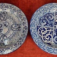 Antigüedades: PAREJA DE PLATOS EN CERÁMICA ESMALTADA. DECORADA A MANO. VALENCIA. SIGLO XX.. Lote 254510985