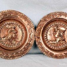 Antigüedades: PAREJA DE PLATOS DE LOS REYES CATÓLICOS EN COBRE. Lote 254511375