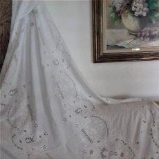 Antigüedades: MANTEL BLANCO DE LINO FINO, RICAMENTE BORDADO Y CON APLICACIONES DE ENCAJE FRIVOLITE. Lote 254518000