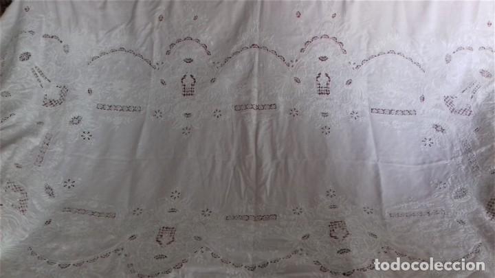 Antigüedades: Mantel blanco de lino fino, ricamente bordado y con aplicaciones de encaje frivolite - Foto 2 - 254518000