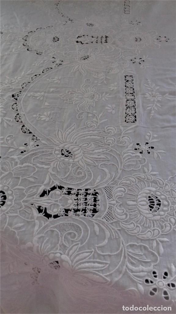Antigüedades: Mantel blanco de lino fino, ricamente bordado y con aplicaciones de encaje frivolite - Foto 3 - 254518000