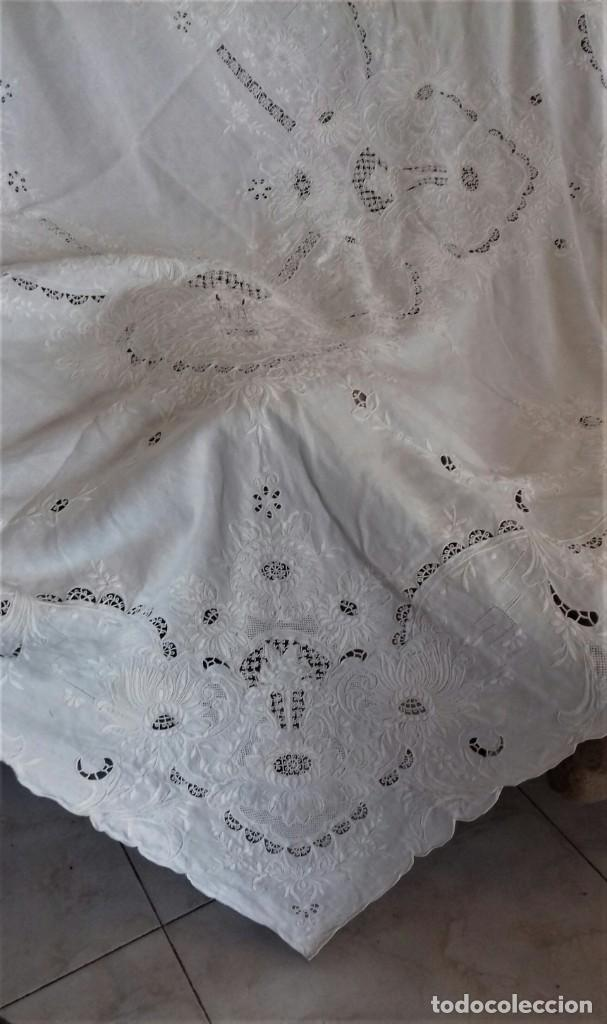 Antigüedades: Mantel blanco de lino fino, ricamente bordado y con aplicaciones de encaje frivolite - Foto 5 - 254518000