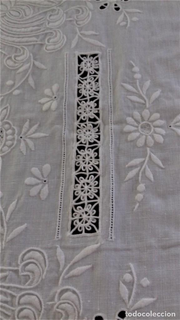Antigüedades: Mantel blanco de lino fino, ricamente bordado y con aplicaciones de encaje frivolite - Foto 6 - 254518000