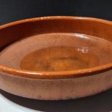 Antigüedades: ENCANTADORA CAZUELA GRANDE ANTIGUA DE BARRO. Lote 254538950