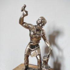 Antigüedades: FIGURA DE HERRERO BAÑADA EN PLATA, CON BASE DE MÁRMOL 30CM. Lote 254564655