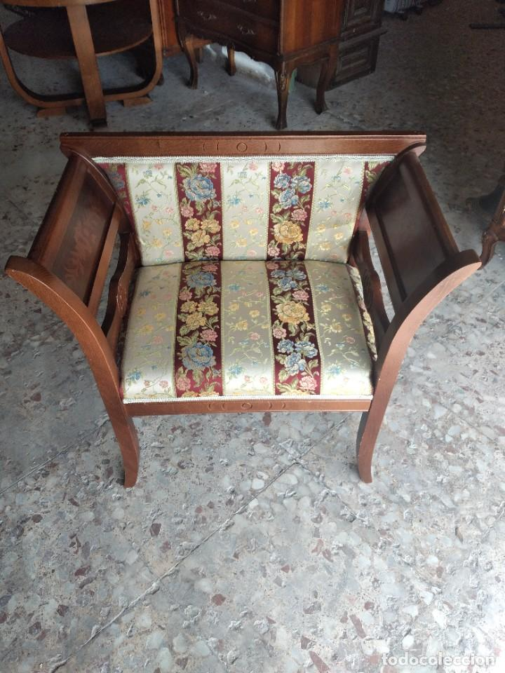 Antigüedades: Precioso sillón isabelino de madera noble con incrustaciones y tapizado floral. - Foto 3 - 254571935