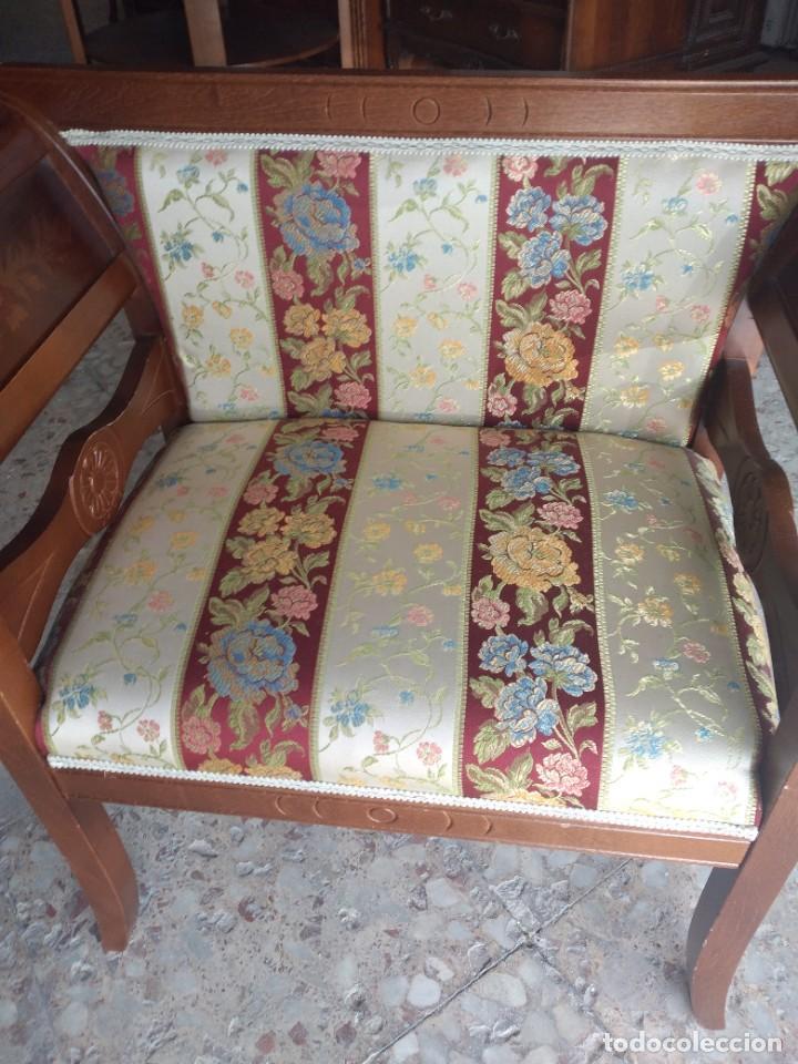 Antigüedades: Precioso sillón isabelino de madera noble con incrustaciones y tapizado floral. - Foto 4 - 254571935
